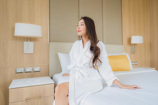 Улыбка женщины портрета красивая молодая азиатская счастливая ослабляет и отдыхает
