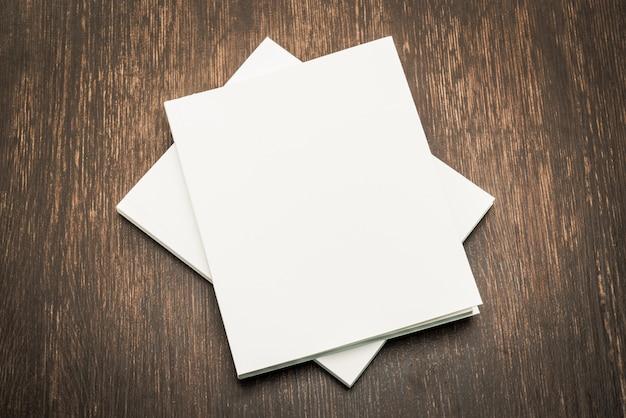 空白の白いモックアップブック