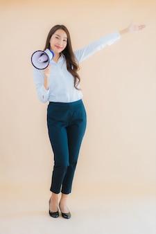 肖像画の伝達のためのメガホンを持つ美しい若いアジアビジネス女性
