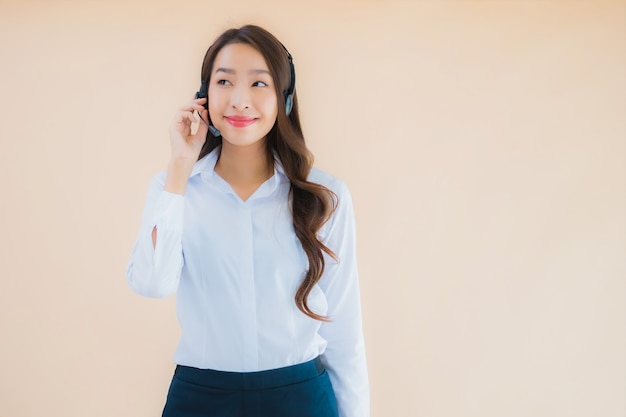 コールセンターのヘッドフォンで美しい若いアジアビジネス女性の肖像画