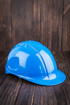 木製の背景に建設ハード帽子