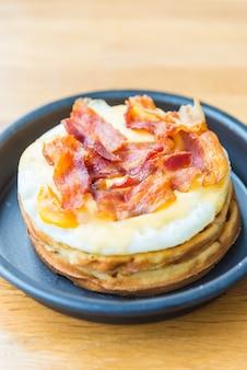 卵とベーコンワッフル