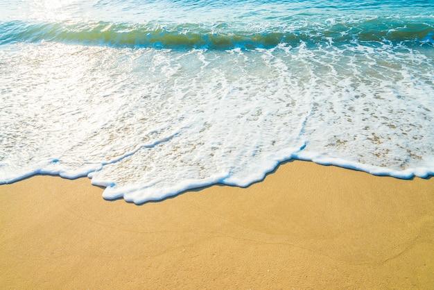 海のビーチの波