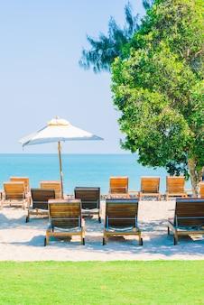 ビーチの傘プールと椅子