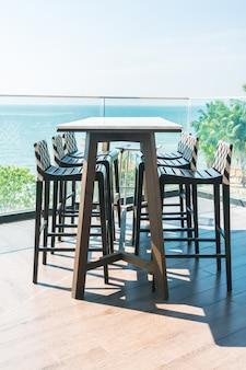 モダンな椅子とテーブル