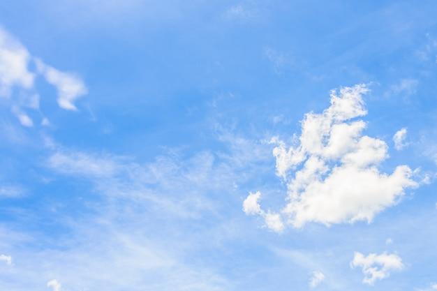 青空の自然の背景に美しい白い雲