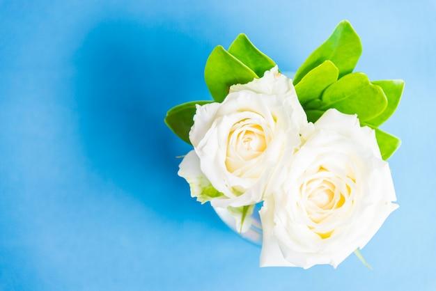 花瓶のガラスに白いバラ