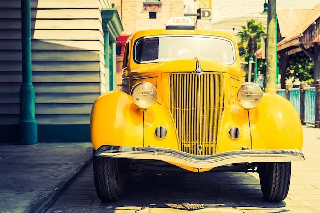 ヴィンテージクラシックカーのヘッドライトランプ