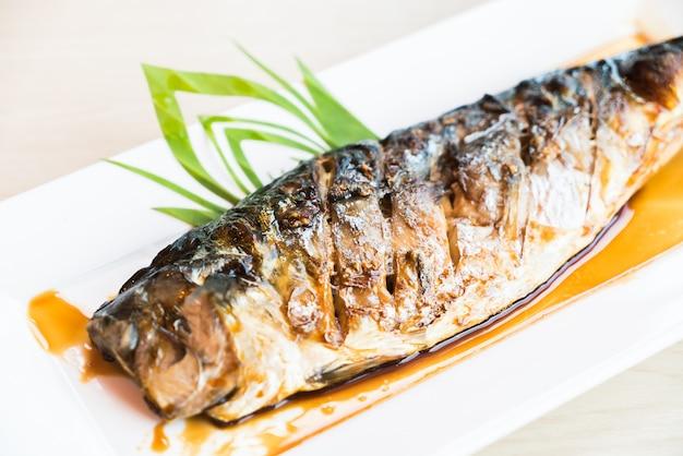 ブラックサワーソースの焼きサバ魚