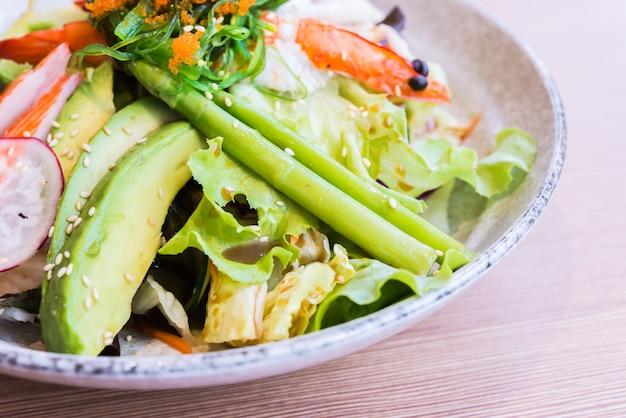 日本のシーフードサラダ
