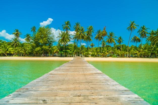 木製の桟橋または熱帯のビーチとパラダイス島の海と橋
