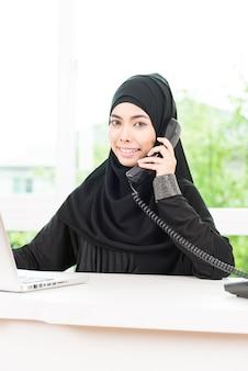 アラブのビジネス女性が働いて