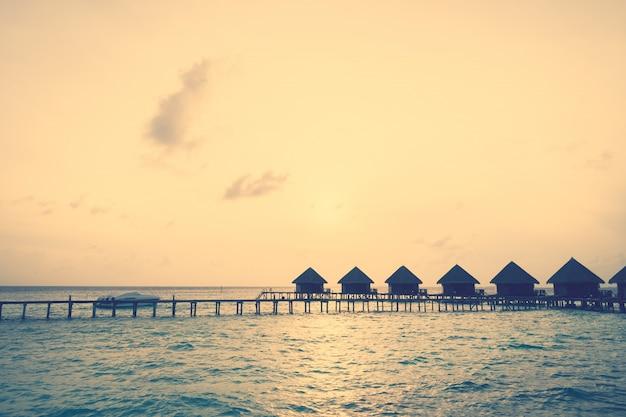 モルディブの島に沈む夕日