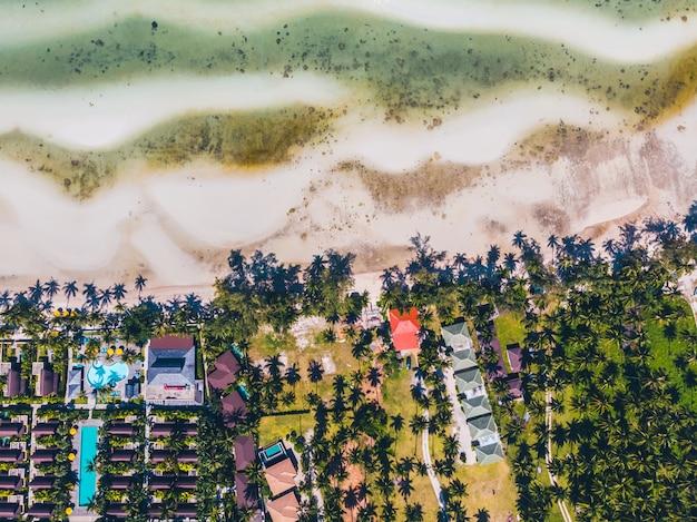 美しい熱帯のビーチと島の木と海の空撮