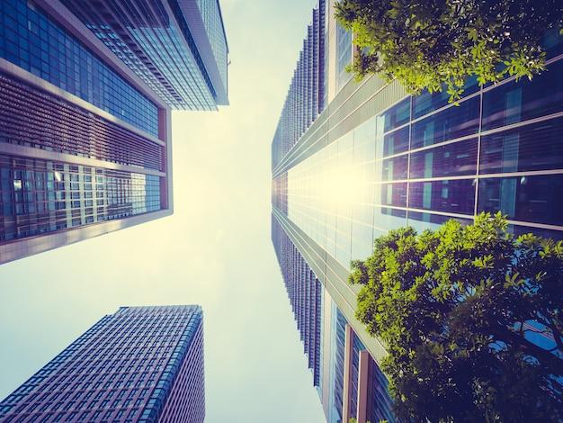建築と街の周りの建物の美しい高層ビル