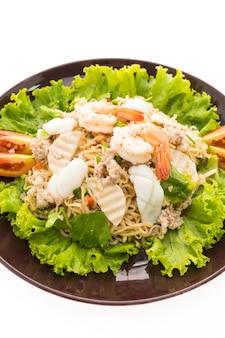 Салат с морепродуктами и острой лапшой по-тайски