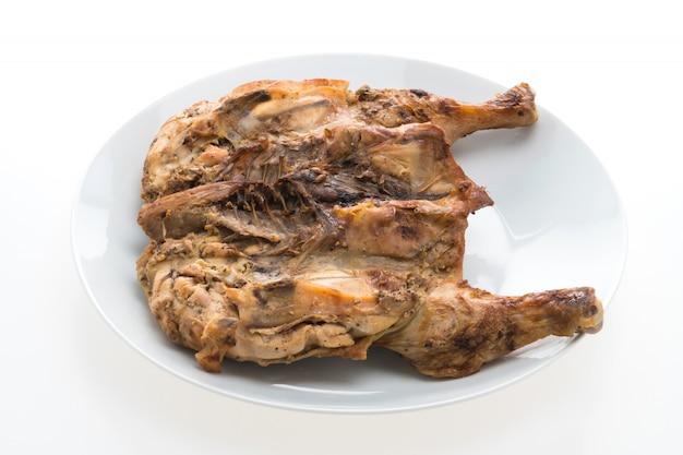 白い皿に鶏肉のグリル