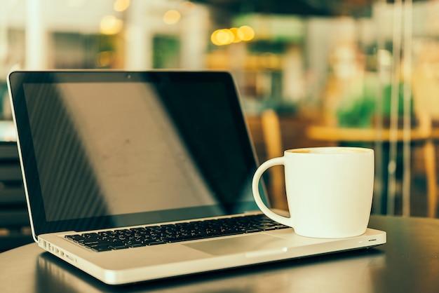 ノートパソコンのコーヒーカップ