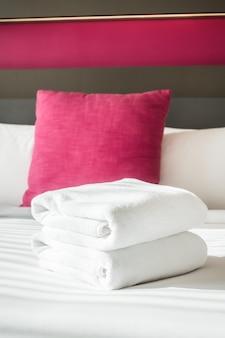 ベッドの上のタオル