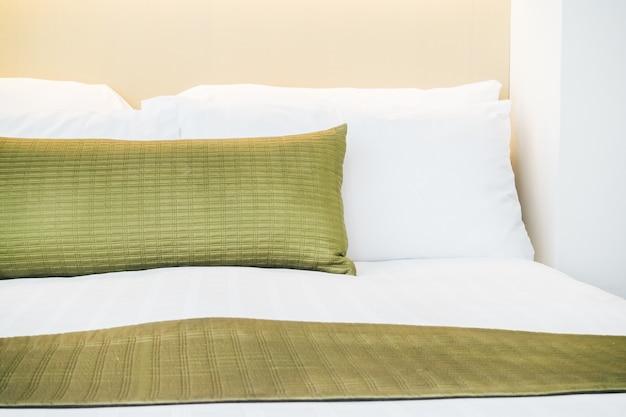 ベッドの上に枕