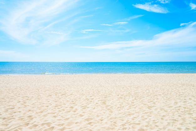 空の海とビーチの背景