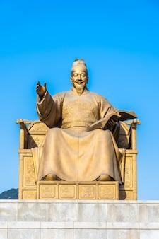 Красивая статуя короля сечжона