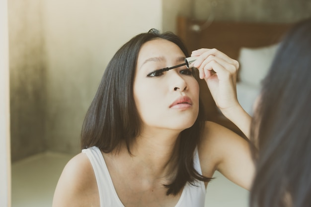 アジアの若い女性が自分自身を作る