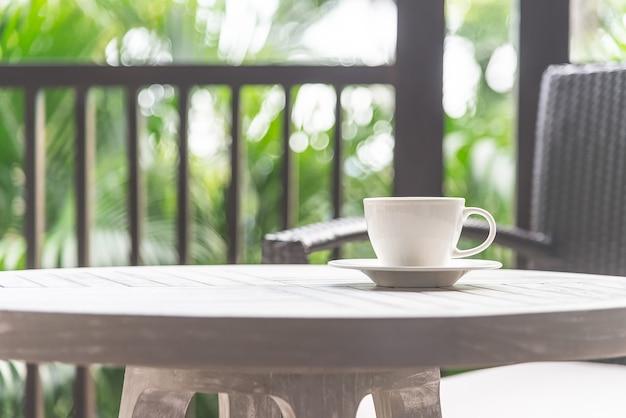 屋外のコーヒーカップ