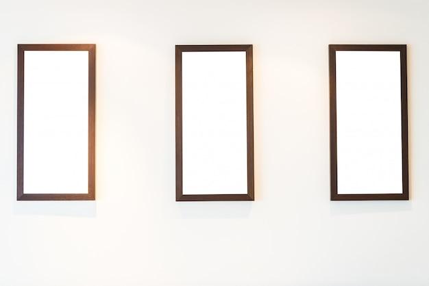 Пустая фоторамка на стене