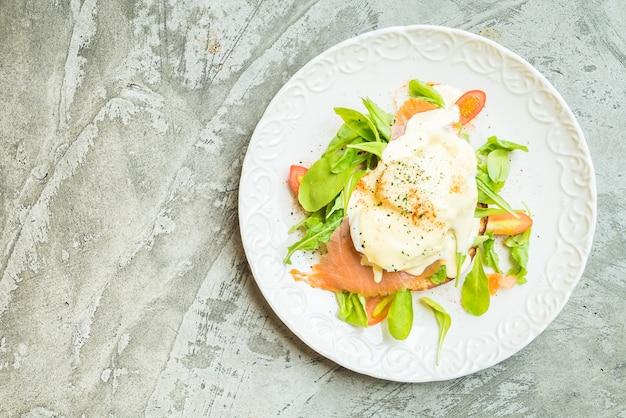 Пасхальные яйца с салатом из лосося и ракеты