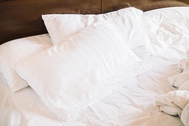 乱雑な白い枕