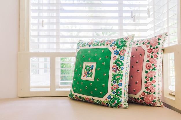 ソファの上の美しい高級枕