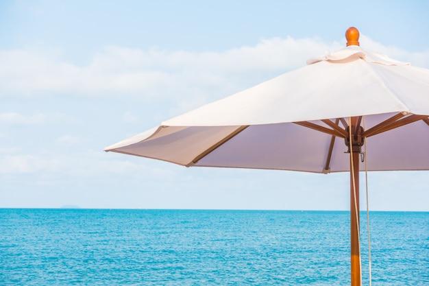 傘と熱帯の美しいビーチの椅子