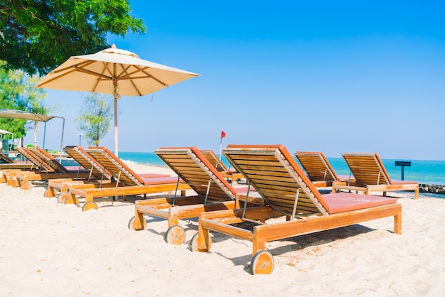 傘のプールとビーチの椅子