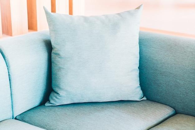 ソファの上に枕