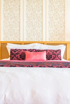 Роскошная красивая подушка на кровати в спальне