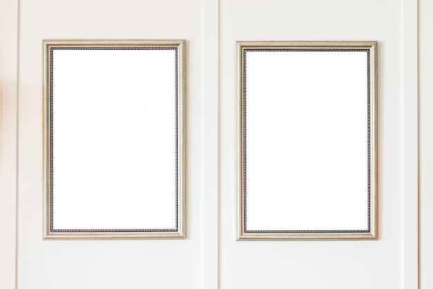 白い壁の背景に空のフレーム