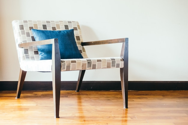 枕と空の木の椅子