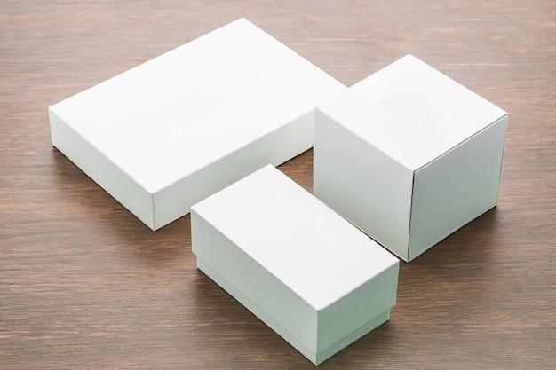 空白のボックスが木製の背景にモックアップ