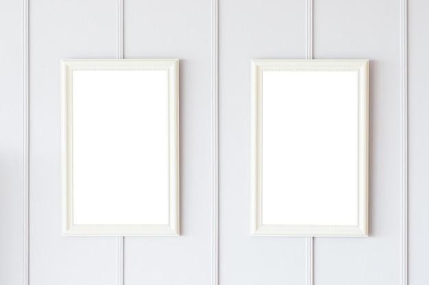 白い壁の背景の空白の枠