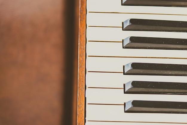 古いビンテージピアノの鍵
