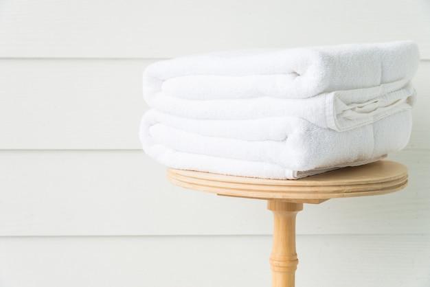 木のテーブルにタオル風呂