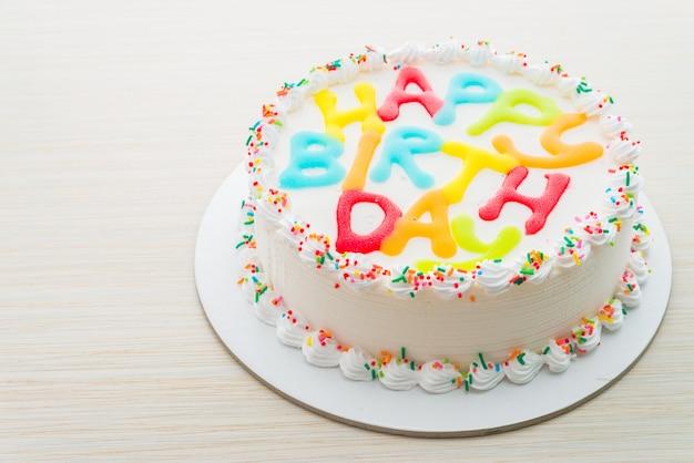 木製の背景にお誕生日おめでとうケーキ