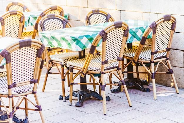 テーブルと椅子のある屋外レストラン
