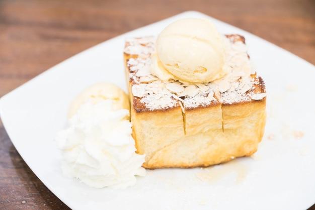 アイスクリームとハニーシロップのハニートースト
