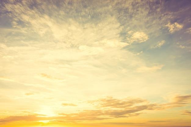 空に沈む夕日