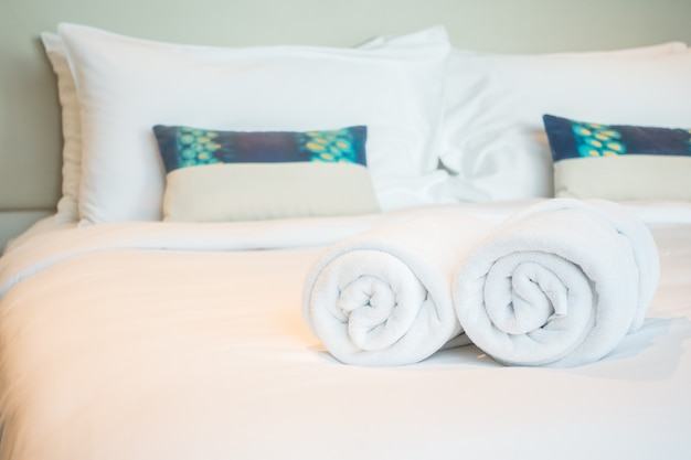 ベッドの上の白いタオル