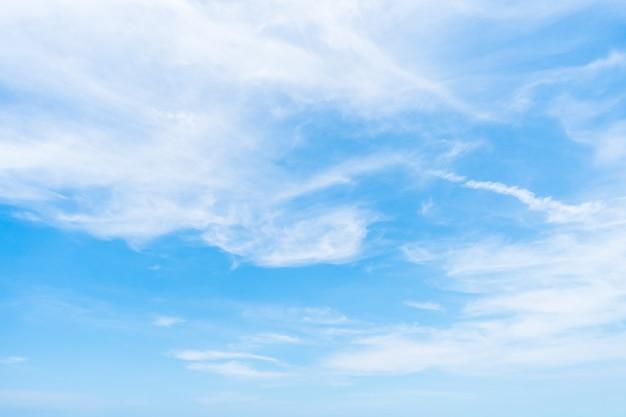 空を背景に白い雲