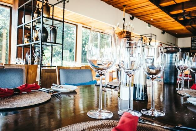 ワイングラスとテーブルセッティング