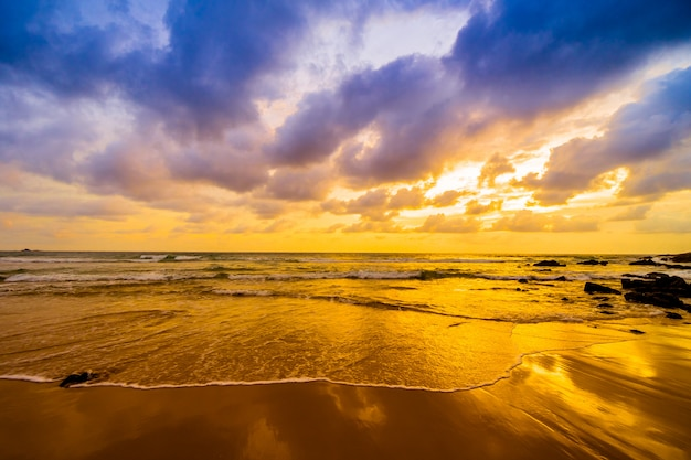 ビーチに沈む夕日
